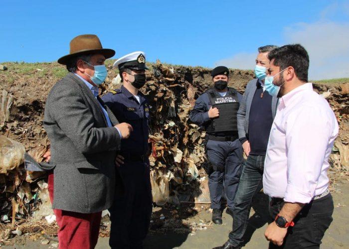 Autoridades inspeccionan antiguo vertedero descubierto tras marejadas en Talcahuano