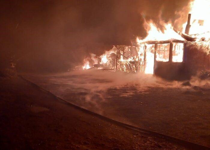 Carabineros detuvo en Cañete a 2 sujetos por atentando incendiario en el cual resultó quemado el dueño del inmueble que fue consumido por las llamas