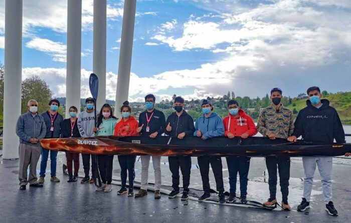 Piragüistas de Laja reciben equipamiento deportivo entregado por municipio local